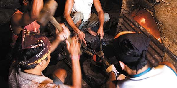 On le retire alors du feu pour le frapper sur le bord avec un marteau de feril s'agit encore une fois de faire tourner l'assiette (lakar) de façon continue pendant toute la durée de l'opération. On replonge une nouvellefois le lakar dans les flammes avantdepouvoir commencer letravail de forge sur une enclume.