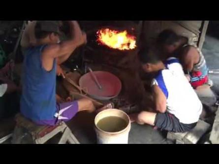 Alors le maitre artisan ressortle lakar du fourneau et lefaittourner à l'aide grosses pinces pendant que cinq ouvriersfrappent l'ébauche l'un aprèsl'autre en partant ducentre pourjoindre la périphérie.