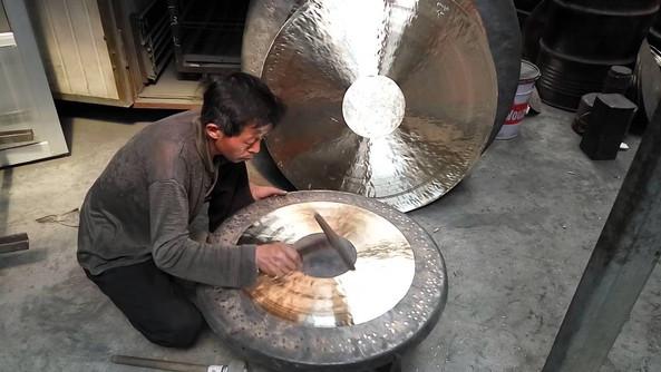 """L'accord, qui est la partie la plus complexe, a lieu pendant le travail de martelage sur le Gong refroidi. Les ouvriers battent le bord supérieur, le """"redjeb"""" ce qui a pour effet de libérer plus ou moins de vibrations en fonction de la façon dont on fait résonner le Gong."""