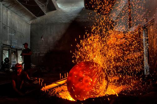 Lors du travail de forge, on fait tourner le lakar dans le feu jusqu'à ce qu'il soit en combustion (rouge vif).