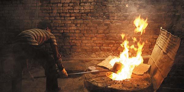 Le travail de forge à proprement parlerrequiert la présence de4 à 6artisans travaillant simultanément sur le même bol. Dans unrythme parfait et intemporel, ils battent le métal etlui donnent sa forme concave.