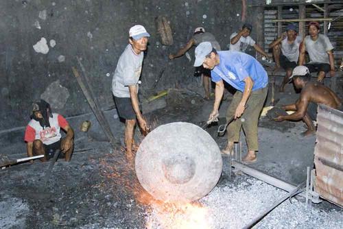 Le lakar est remis dans les flammes toutes les 30 secondes afin de maintenir une température élevée. Les grands Gongs peuvent retourner dans les flammes plus de 150 fois.    La forme d'un Gong se dégage peu à peu. Après avoir lisséparfaitement le Gong, les ouvriers posent un anneau de fer sur son contour. On rend le métal élastique en procédant à unrefroidissement rapide.