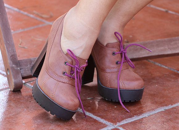 Sapatos altos castanhos