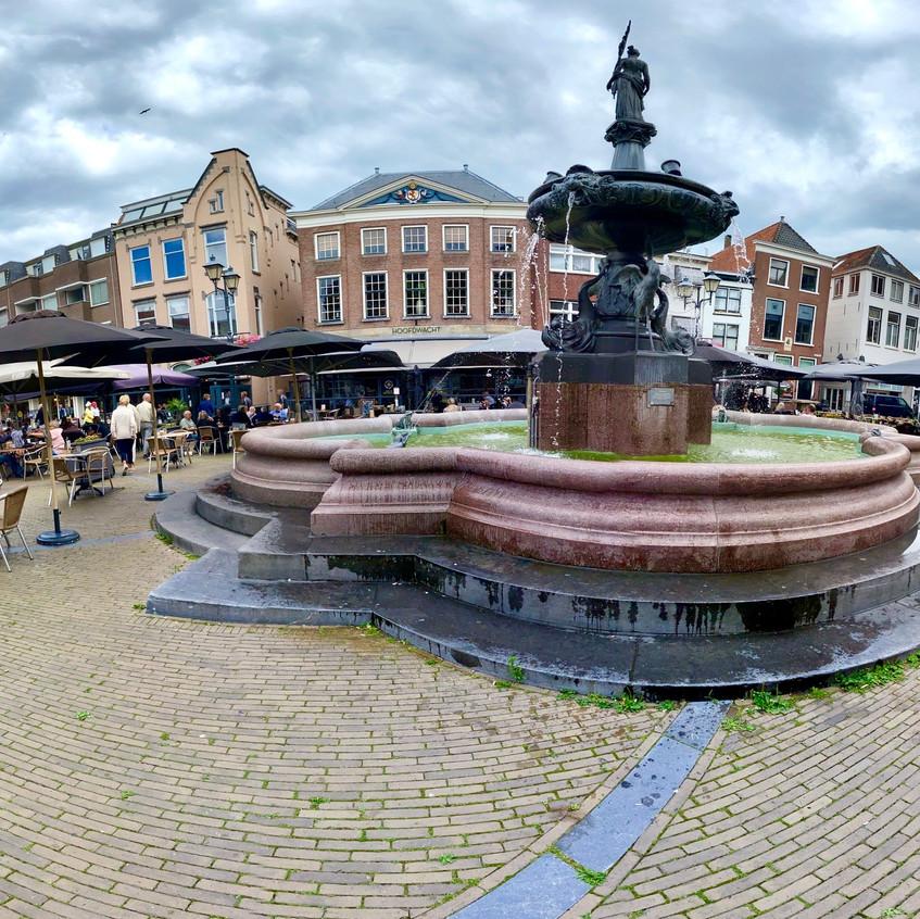 המזרקה וילמינה (מלכת הולנד) בלב השוק הגדול