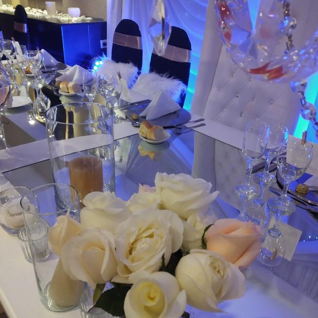 Rosas Blancas en tu Mesa Principal