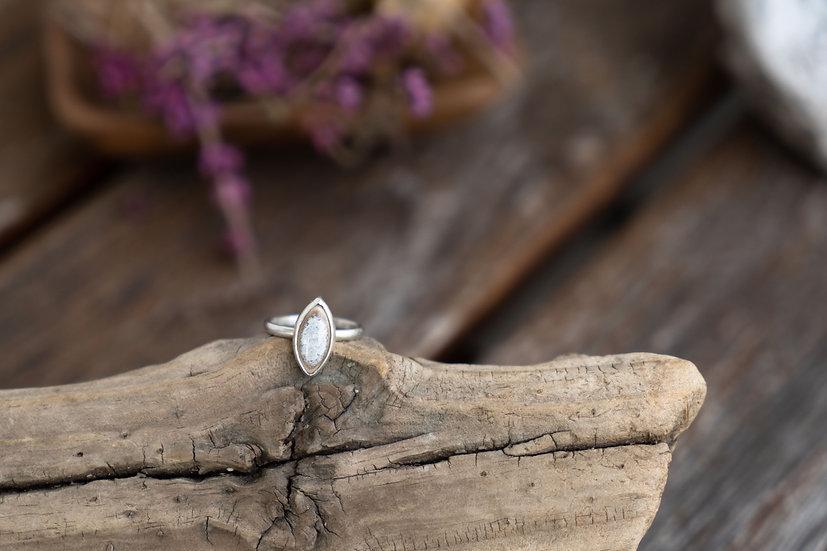 Silberring mit eingefasstem Porzellanstein grau/oval
