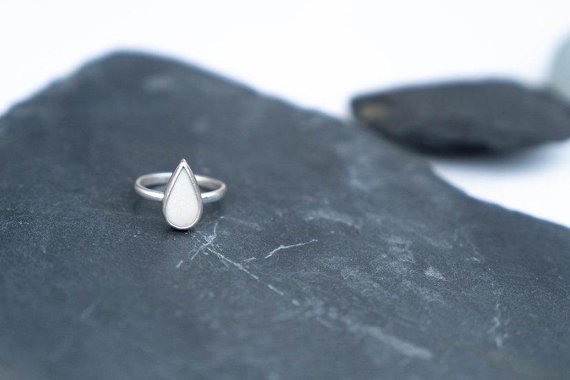 Silberring mit eingefasstem Porzellanstein weiß/Tropfen