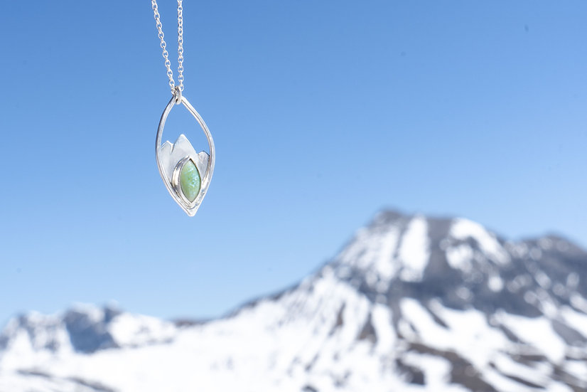 Halskette mit Berglandschaft und eingefasstem Porzellansteinchen türkis/oval