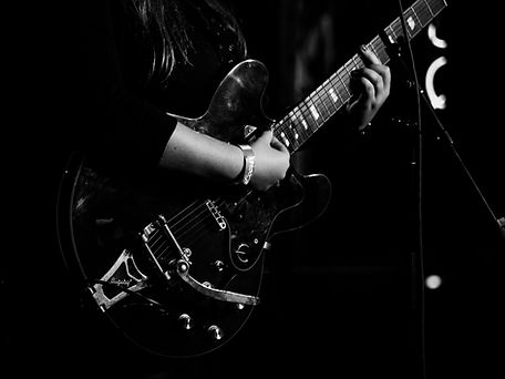 Aleyna Brown live guitar EXHALE