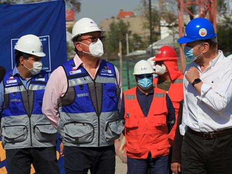Ministro Alfredo Moreno visita las obras del Hospital del Salvador y del Instituto Nacional de Geria