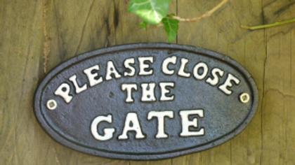 Please close the gate Black cast iron sign