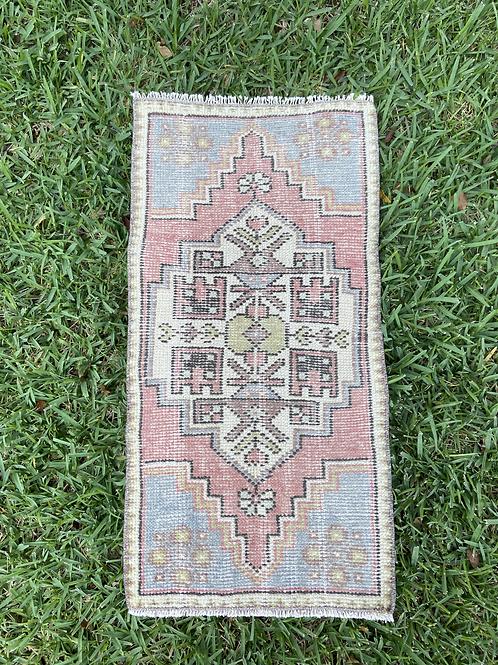 Macy 1.5' x 3' Vintage Rug