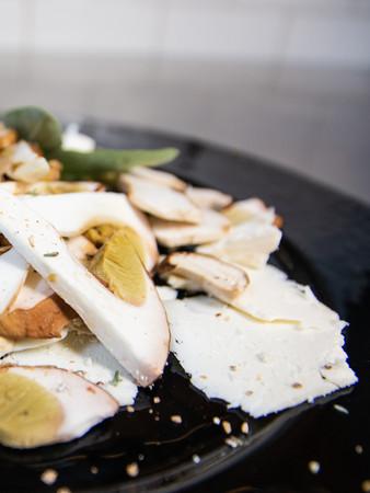 Insalatina di funghi Porcini con formaggio Salva Cremasco Dop e Cardamomo