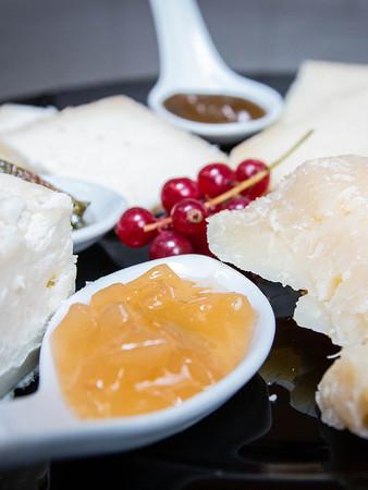 Orologio di formaggi accompagnati da miele e composte