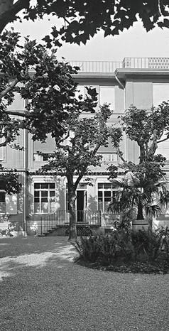 Kiesplatz auf der Westseite des Hauses