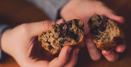 Muffins de Banana com Pasta de Amendoim e Chocolate
