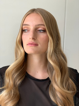 Very soft wave and natural skin makeup