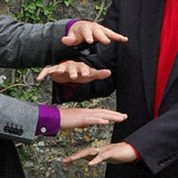 bizart 4 hands 20kb.jpg