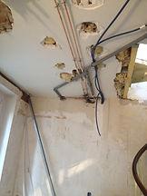 Rénovation du plafond par la mise en oeuvre d'un faux plafond.