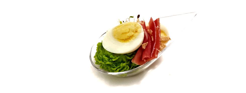 Putpelės kiaušinio užkandėlė su serano kumpiu ir žaliųjų žirnelių piure