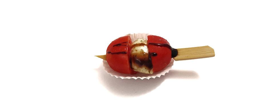 Vynuoginio pomidoriuko ir mocarelos vėrinukas