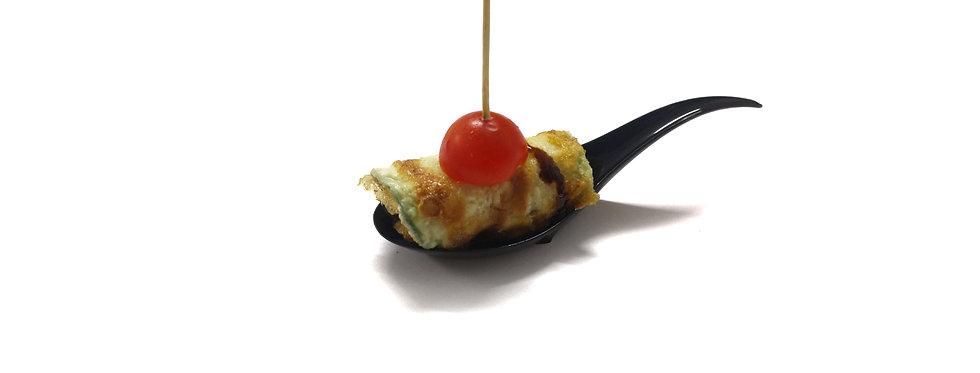 Keptų cukinijų suktinukai, su aštriu padažu ir pomidoriuku