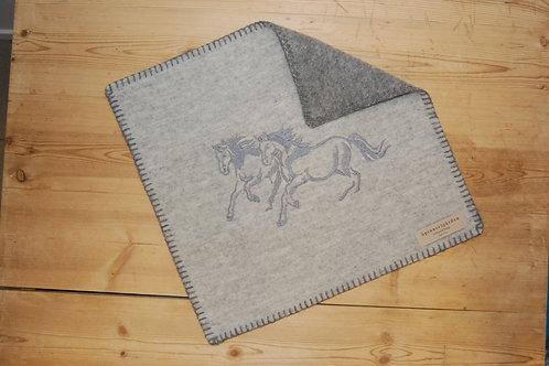 Sitteunderlag med brodert hestemotiv