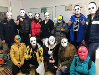 Aquest cap de setmana hem anat al local a fer un taller de màscares i ens hem pintat les cares!