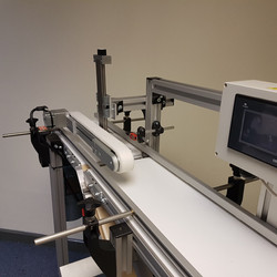 Small conveyor for labelling by lmisolut