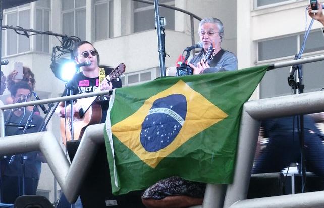 Caetano Veloso encabeza marcha por renuncia del Presidente brasileño Michel Temer (video)