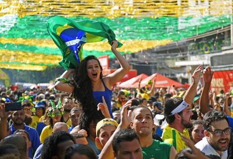Estallan en festejos en Rio de Janeiro por la victoria de la selección brasileña frente a Serbia (vi