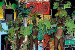 Se calienta el malecón de La Habana en el comienzo del Carnaval 2018 con sus tradicionales carrozas