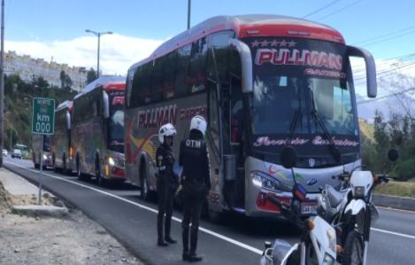 Gobierno de Ecuador paga transporte en autobús a inmigrantes venezolanos hasta frontera con Perú (vi