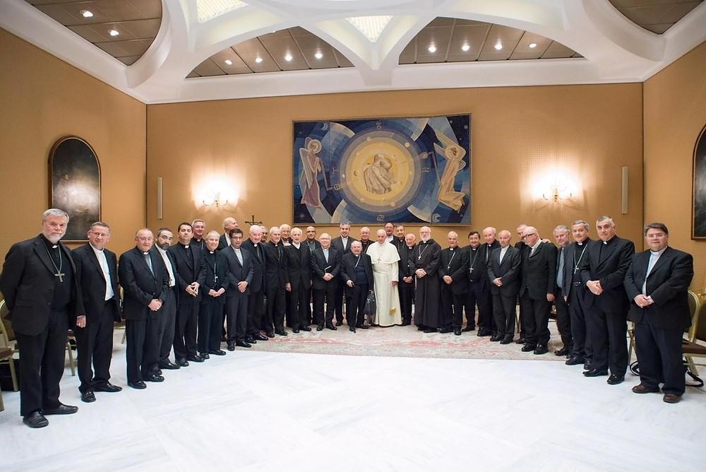 El papa Francisco (c) posa para una fotografía junto a 34 obispos chilenos en el Vaticano.