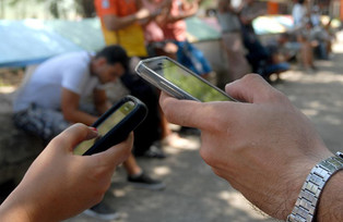 Con décadas de retraso, Cuba comienza a ofrecer internet en los teléfonos móviles (video)