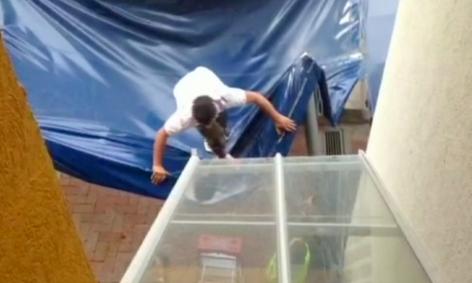 Borrachito sobrevive caída de 11 pisos