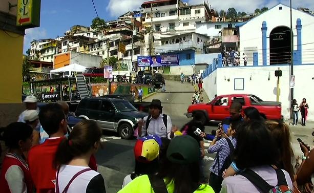 Los tours de barrio se hacen más populares a medida que la violencia crece en la capital venezolana