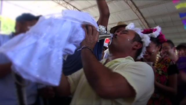 Alcalde en México se casa con una princesa cocodrilo para beneficiar a su comunidad (video)