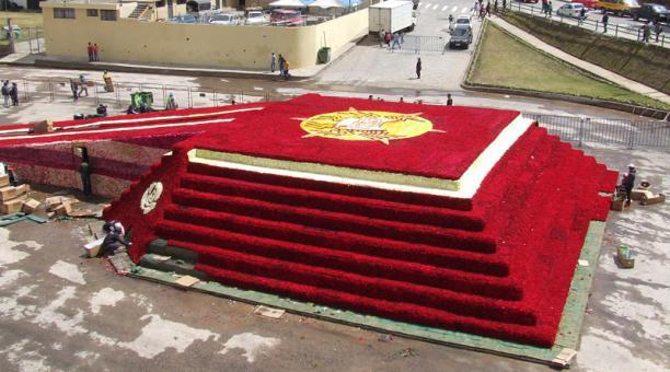 Pirámide de rosas en Ecuador busca romper récord Guinness como arreglo floras más grande del mundo (