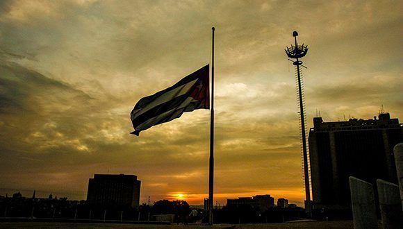 En toda Cuba las banderas ondean a media aasta en honor a las víctimas del accidente aéreo.