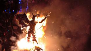 Los guatemaltecos queman al diablo en Antigua para comenzar sus festejos navideños (video)