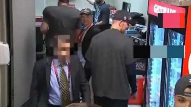Acusan al ex-director de diario mexicano de robar el jersey de Tom Brady del Super Bowl (video del r