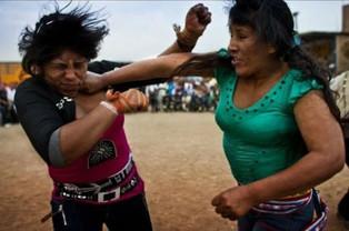 Celebran el tradicional Festival de los puñetazos en la provincia de Chumbibilcas, Cusco en Perú (vi