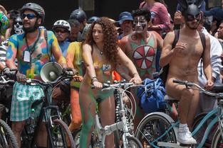 Pedaleando al desnudo en Ciudad de México para combatir la contaminación ambiental y el tráfico (vid