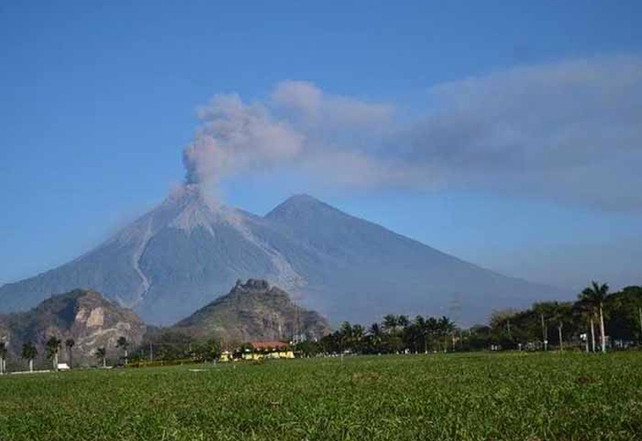 Guatemala: Flujos de lava y ceniza de volcán Fuego obligan a nuevas evacuaciones (nuevos videos)