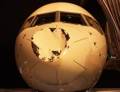Avión de Delta Airlines con estrellas de la NBA choca con un OVNI al aterrizar en Chicago (fotos)