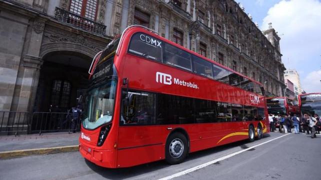 Los famosos autobuses británicos double-deckers conquistan la capital mexicana (video)