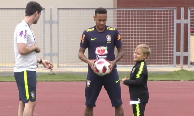 Se filtra video del delantero brasileño Neymar entrenando junto a su pequeño hijo en Sochi, Rusia (v
