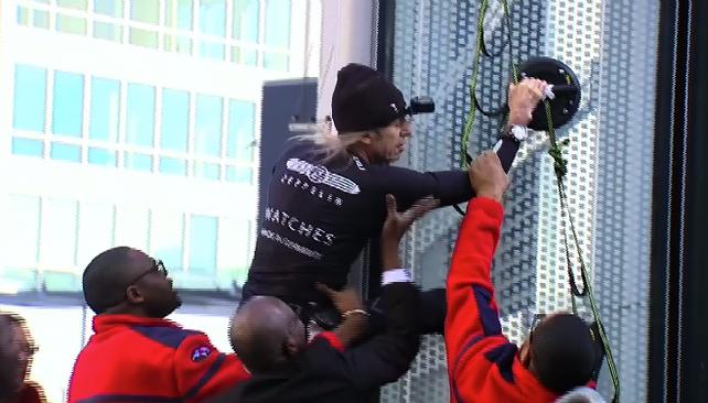 Después de ser arrestado, el llamado hombre araña francés asombra al mundo con otra proeza (video)