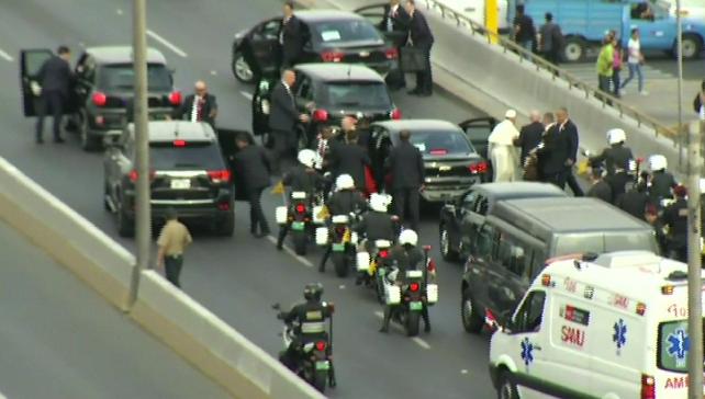 Hasta al Papa se le pinchan las llantas en las carreteras de Perú (video)